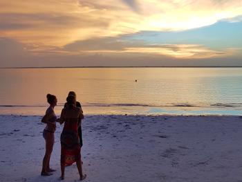 Kvinnor på Mcahnvis strand när de åker på Soloresa för tjejer Zanzibar