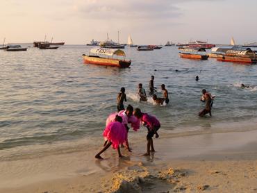 Vid solnedgången samlas Stone Townborna på stranden för att umgås och motionera