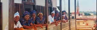 Personalen på Zanzibar Coffe House hänger på en av Zanzibars bästa restauranger