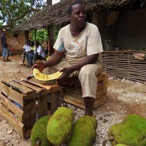Man som skär upp jackfruit